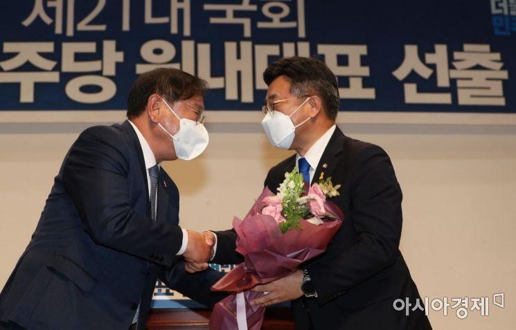 [포토] 축하받는 윤호중 신임대표