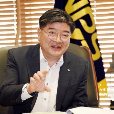 김용진 이사장이 14일 전북 전주 국민연금공단 접견실에서 인터뷰하고 있다.