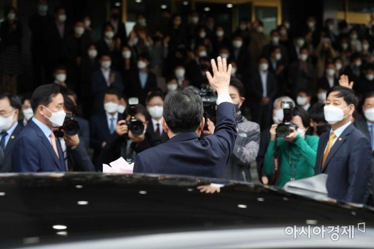 이임식을 마친 정세균 국무총리가 16일 정부서울청사를 떠나며 손을 흔들고 있다. /문호남 기자 munonam@