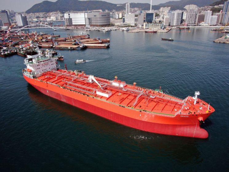 대선조선이 건조한 곡물유 운반선인 DRACO가 부산항을 빠져나가고 있다. [이미지출처=대선조선]