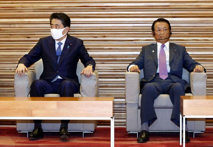 아베 신조 전 일본 총리(왼쪽)와 아소 다로 일본 부총리 겸 재무상 [이미지출처=연합뉴스]