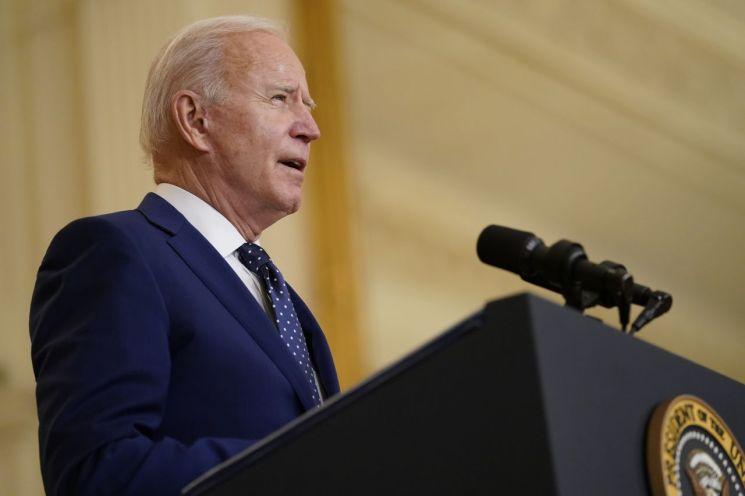 조 바이든 미국 대통령이 15일(현지시간) 워싱턴DC 백악관의 이스트룸에서 러시아 제재에 대해 발언하고 있다. [이미지출처=연합뉴스]