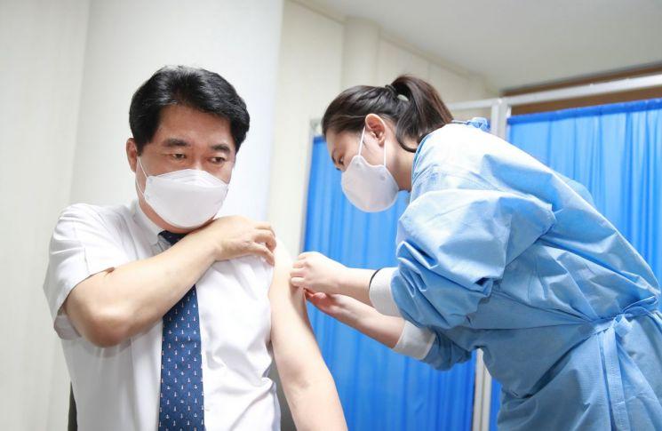 [포토] 박준희 관악구청장, 아스트라제네카(AZ) 백신 접종