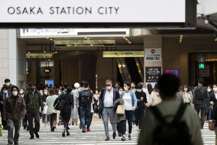 지난 13일 오사카역 인근 횡단보도를 마스크를 쓴 시민들이 건너고 있다. [이미지출처=연합뉴스]