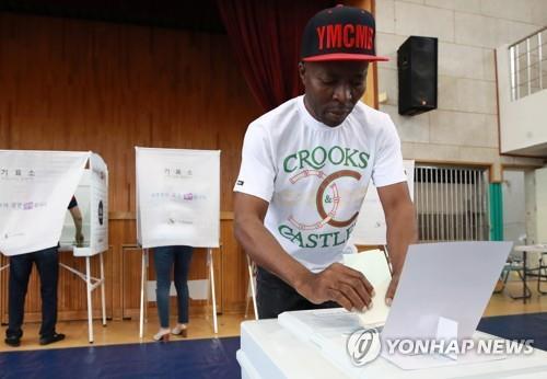 지난 2018년 6.13 전국동시 지방선거에서 한 외국인이 투표하고 있다. [이미지출처=연합뉴스]
