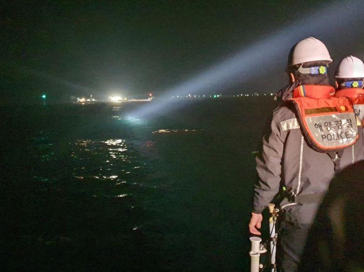 16일 밤 포항시 남구 양포항 1.5㎞지점 바다에 침몰된 예인선 사고 현장 모습.