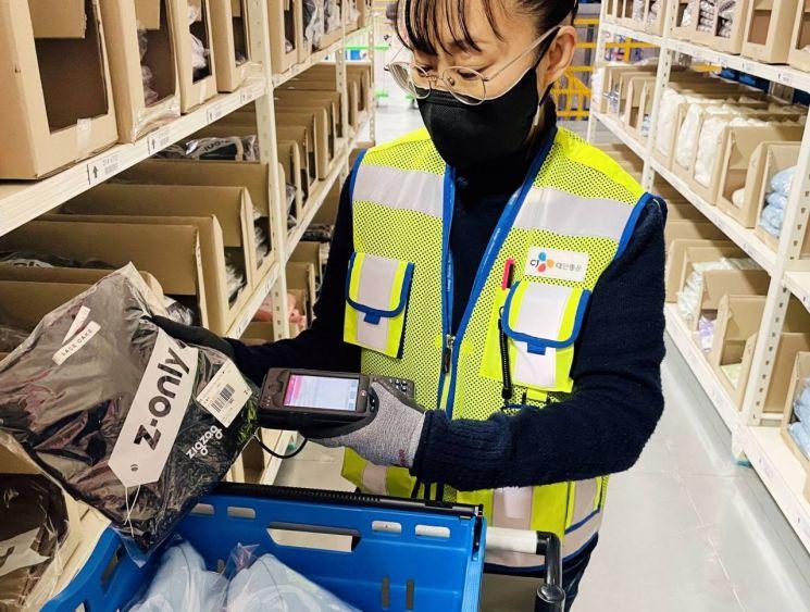 CJ대한통운 직원이 e-풀필먼트 서비스 상품의 발송 준비 작업을 진행하고 있다.