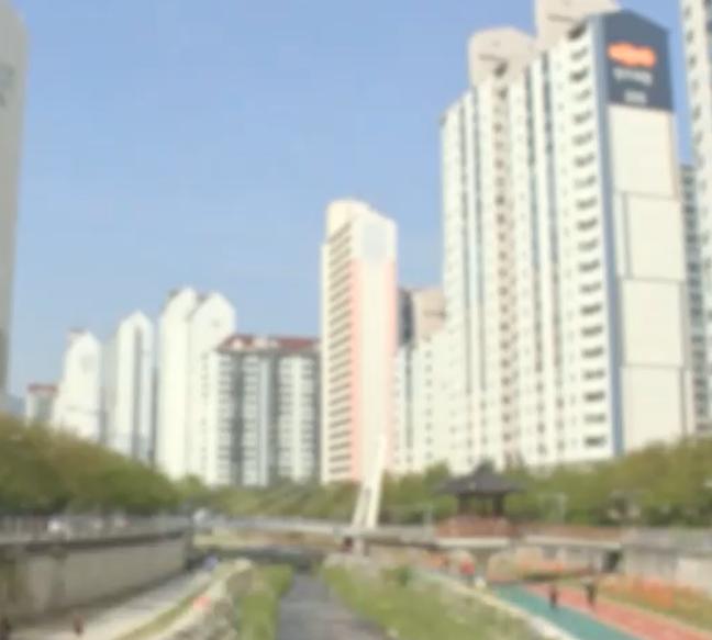 서울 노원구의 한 아파트 단지 내에 분양동 외벽에는 진회색, 임대동 외벽에는 분홍색이 칠해져 있다. [사진=MBC 캡처]