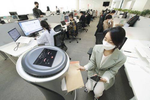 """KT, AI 로봇으로 임직원 우편물 배송 """"실내배송 확대"""""""