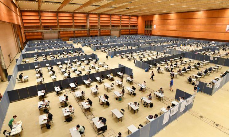 지난해 8월 서울 삼성동 코엑스에서 열린 제46회 국제무역사 1급 자격시험에서 응시생들이 시험을 치르고 있다.[사진=한국무역협회 제공]