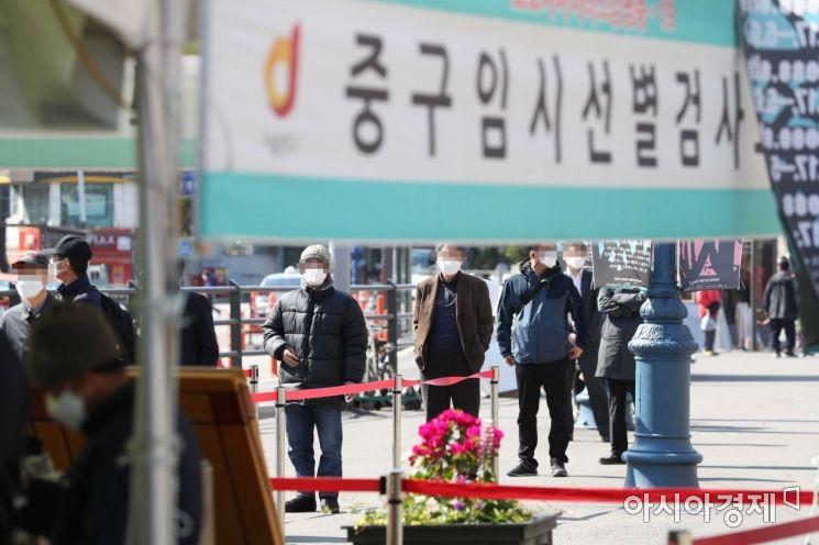 [포토]서울역 광장서 코로나 검사 기다리는 시민들