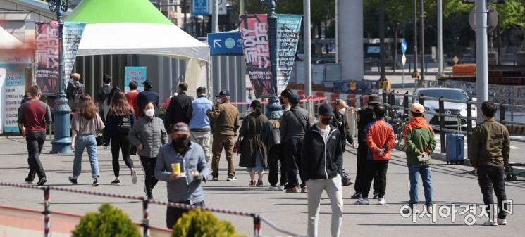 [포토]코로나 검사 받기 위해 줄 선 시민들