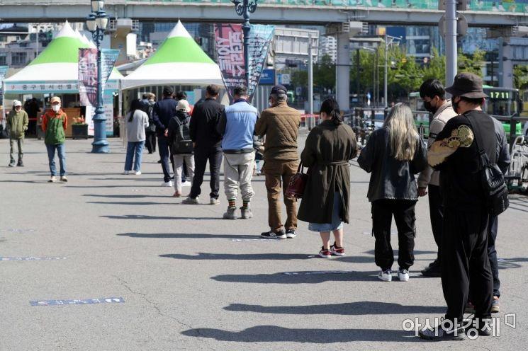 [포토]일요일 선별검사소 찾은 시민들