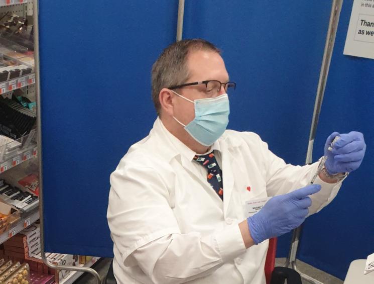 CVS 약국의 약사가 접종을 준비하고 있다. 미국 약국에서는 약사가 백신을 접종한다.(촬영=백종민 특파원)
