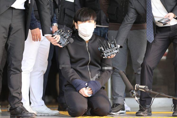 서울 노원구 아파트에서 '세 모녀'를 살해한 혐의를 받는 김태현이 9일 오전 검찰로 송치되기 위해 서울 도봉경찰서에서 나와 무릎을 꿇고 사죄하고 있다. [이미지출처=연합뉴스]