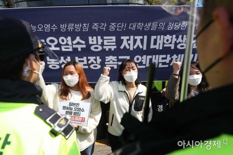 [포토]일본대사관 앞 스가 총리 규탄하는 대학생들