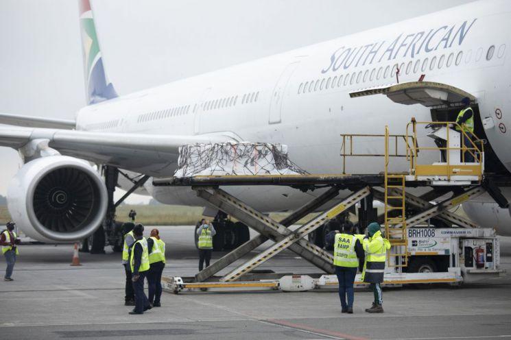 지난 2월 27일 얀센 코로나19 백신을 실은 화물기가 남아프리카공화국 요하네스버그 국제공항에 도착해 관련자들에 의해 백신 물량 하역 작업이 진행되고 있다. [이미지출처=AP연합뉴스]