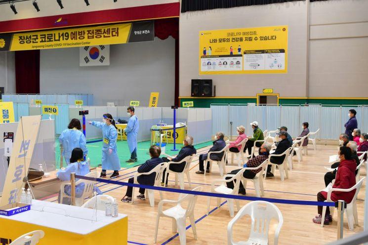 지난 15일 전남 장성군 군민회관에 마련된 코로나19 지역예방접종센터에서 주민이 화이자 백신을 접종하고 있다. / 사진=연합뉴스