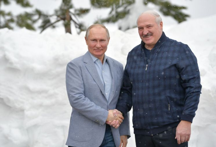 블라디미르 푸틴 러시아 대통령(왼쪽)과 알렉산드르 루카셴코 벨라루스 대통령 [이미지출처=로이터연합뉴스]