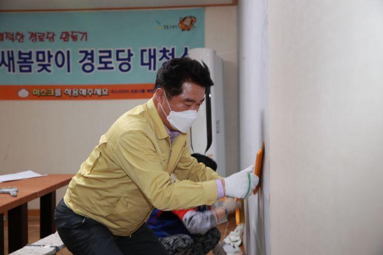 박준희 관악구청장이 구립 서원경로당 도배 작업에 참여했다.