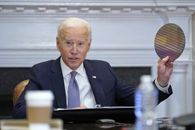 조 바이든 미국 대통령이 지난 12일 반도체 웨이퍼를 들고 반도체 산업의 중요성을 강조하고 있다. /사진=연합뉴스