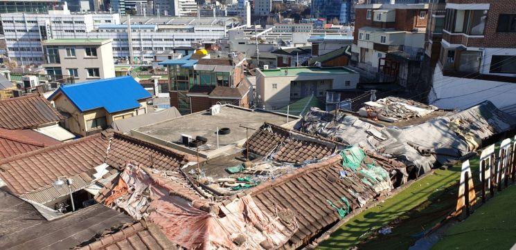 서울 용산구 서계동 일대 골목에는 슬레이트와 기왓장을 지붕으로 한 낡고 허름한 집들이 줄을 지어 있다. (사진=류태민 기자)