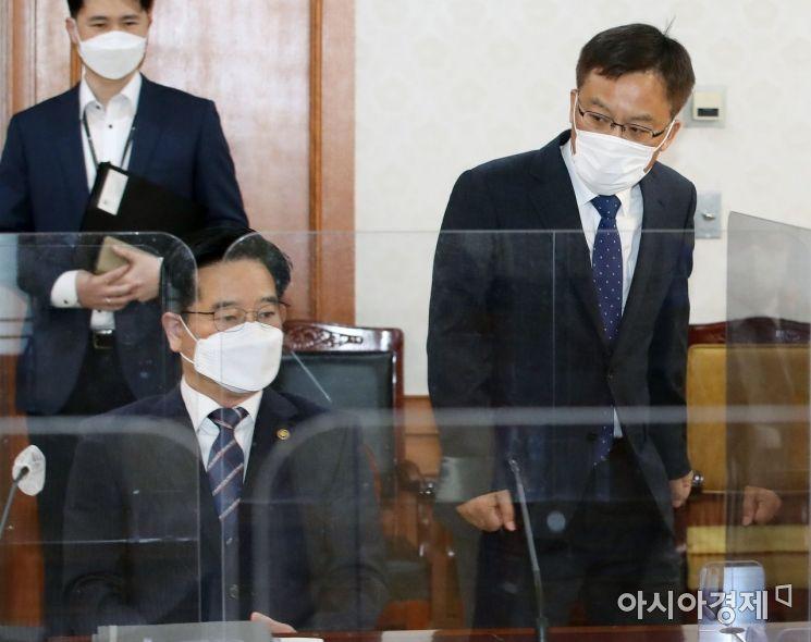 [포토] 김창룡 경찰청장 바라보는 조남관 검찰총장 직무대행