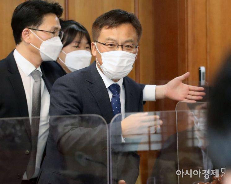 [포토] 부동산 투기의혹 수사회의 참석한 조남관 검찰총장 직무대행