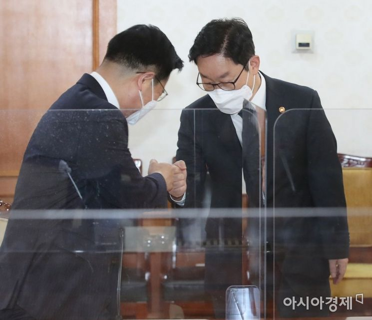 [포토] 인사 나누는 박범계 장관과 김창룡 청장