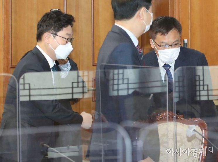 [포토] 인사 나누는 박범계 장관과 조남관 검찰총장 직무대행