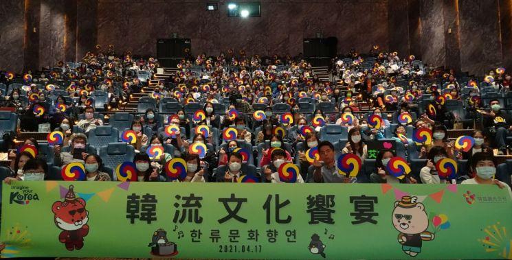 '2021 한류문화향연' 참가자들의 모습.