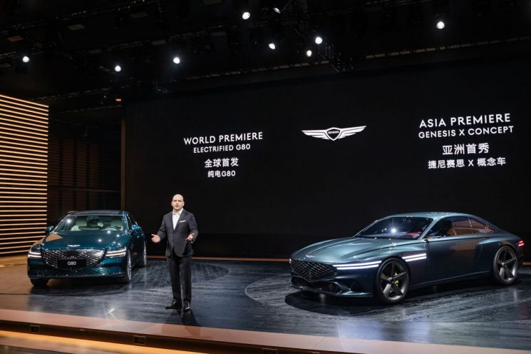"""제네시스가 첫번째 전기차인 'G80 전동화 모델'을 19일 처음으로 공개하고 세계 전기차 시장을 공략에 나섰다. 제네시스는 19일 중국 상하이 컨벤션 센터에서 열린 '2021 상하이 국제모터쇼'에서 브랜드 첫번째 전기차 모델인 G80 전동화 모델을 공개했다. 마커스 헨네 제네시스 중국 법인장(사진)은 """"G80 전기차 모델의 세계 첫 공개는 중국 시장에 대한 제네시스 브랜드의 의지를 보여준다""""며 """"제네시스는 대표 모델인 G80와 GV80를 중심으로 중국 고객을 위한 차별화된 고객 경험을 통해 진정성 있는 관계를 구축할 것""""이라고 말했다."""