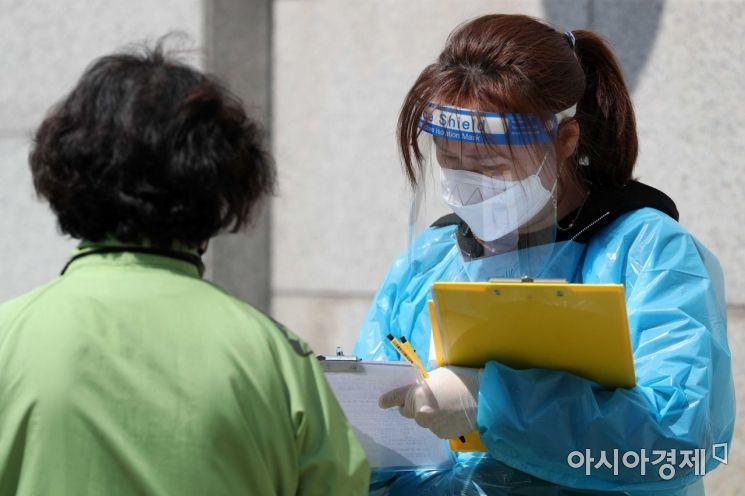 19일 서울 중랑구보건소에 마련된 코로나19 선별진료소에서 시민들이 검사를 받기 위해 대기하고 있다. 이날 중앙방역대책본부는 지난 18일 서울의 코로나19 신규 확진자가 137명으로 집계됐다고 밝혔다. /문호남 기자 munonam@