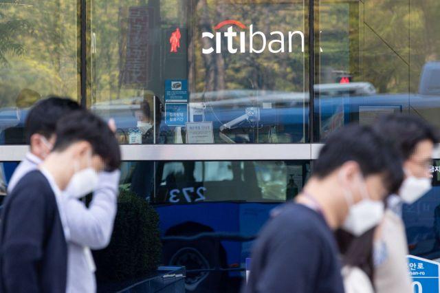 한국시티은행이 국내 소비자금융에서 철수한다고 밝혔다. 사진은 19일 서울 종로구 한국씨티은행 본점./강진형 기자aymsdream@