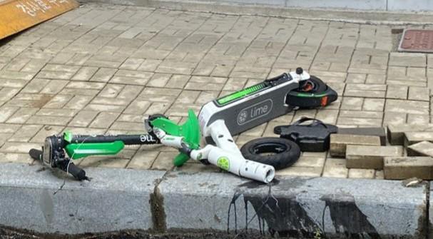 사고로 박살난 전동 킥보드. 전동 킥보드 사고가 점점 늘어나고 있다. [이미지출처=연합뉴스]