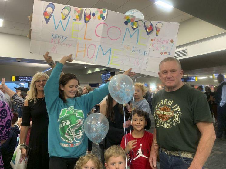 """19일(현지시간) 뉴질랜드 웰링턴 국제공항에서 한 시민이 """"환영합니다""""라는 문구가 적힌 피켓을 들고 있다. [이미지출처=AP연합뉴스]"""