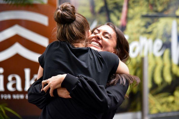 19일(현지시간) 뉴질랜드 웰링턴 국제공항에서 한 시민이 호주에서 온 가족과 부둥켜안고 있다. [이미지출처=로이터연합뉴스]