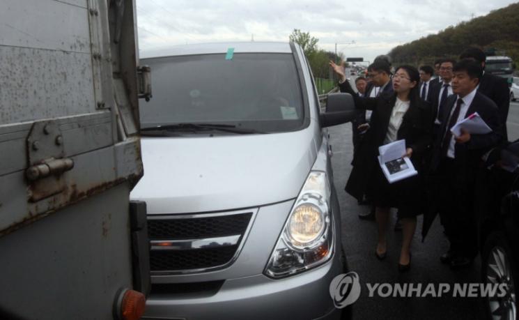 지난 2015년 '캄보디아 만삭 아내 살해 사건' 현장을 검증하고 있는 모습. [이미지출처=연합뉴스]