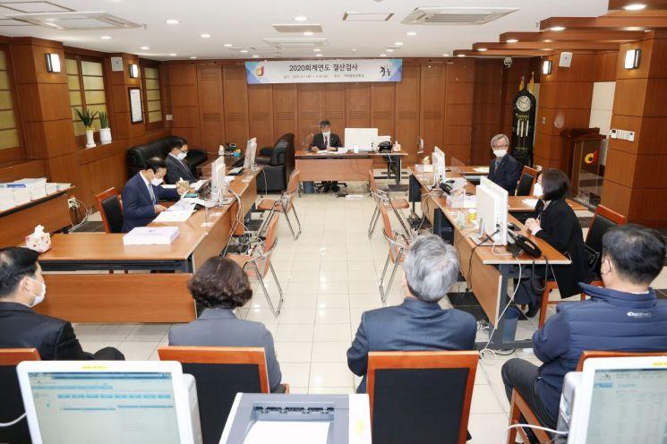 고문식 책임위원을 비롯한 위원들이 결산검사를 진행하고 있다.