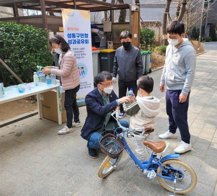 지난 13일 성동구 왕십리 KCC 아파트 재활용생활연구단이 주민들에게 성동형 투명페트병 라벨제거봉 시연회와 설명회를 가졌다.