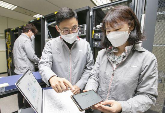 KT는 스마트폰 앱을 통해 양자암호통신 기술을 구현할 수 있는 양자 하이브리드 기술을 개발했다고 20일 밝혔다. 사진은 대전 KT대덕제2연구센터에서 연구원들이 양자 하이브리드 기술을 시연하는 모습