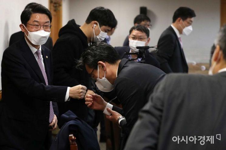 [포토]참석자들과 주먹 인사하는 이억원 차관