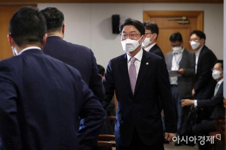 [포토]참석자들과 인사하는 이억원 기재부 1차관