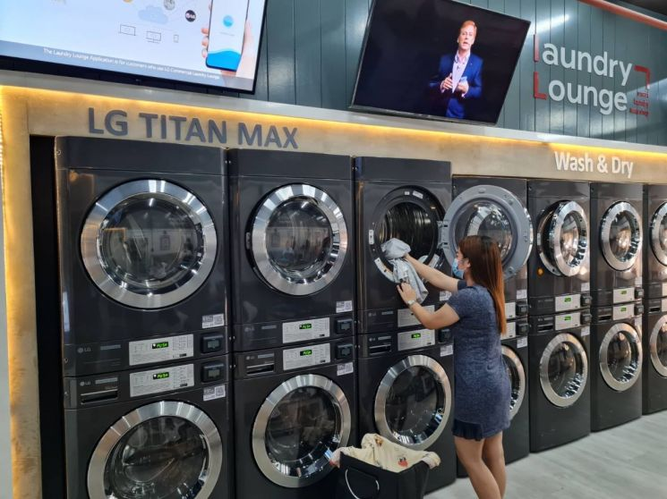 LG전자가 최근 오픈한 필리핀 마닐라 소재 '스마트 론드리 라운지'에 상업용 세탁기·건조기를 공급했다. 고객이 스마트 론드리 라운지에서 LG 상업용 건조기를 사용하고 있다./사진=LG전자