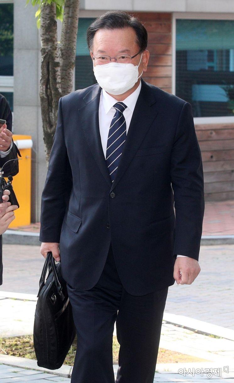[포토] 청문회 준비 사무실로 출근하는 김부겸 총리 후보자