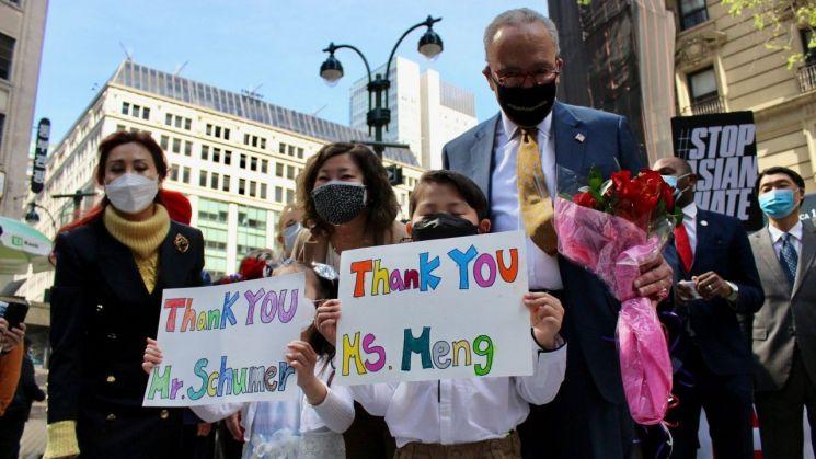 척 슈머 미국 민주당 상원 원내대표가 뉴욕 맨해튼 코리아 타운에서 아시아계 상대 증오범죄 방지법 추진을 발표하고 기념사진을 찍고 있다.