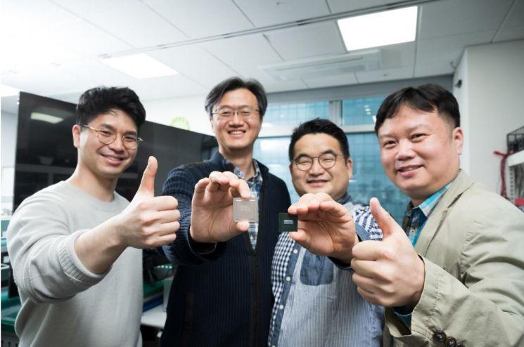 8K TV용 반도체 개발에 참여한 삼성전자 시스템LSI사업부 (왼쪽부터) 김상덕, 성한수, 임정현, 송용주 프로/사진=삼성전자