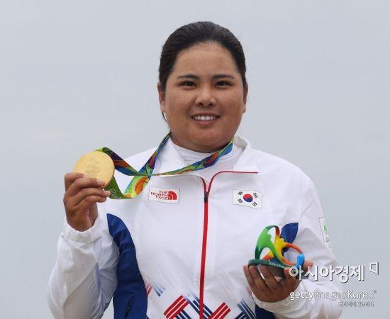 박인비가 2016년 브라질 리우올림픽 당시 금메달을 목에 걸고 포즈를 취하는 모습.