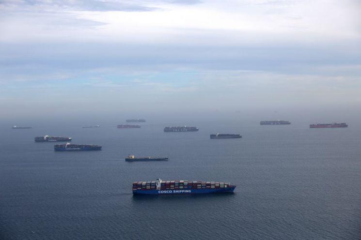미국 캘리포니아주 롱비치 항구 외곽에서 컨테이너선과 오일탱커가 대기하는 모습.(이미지 출처=로이터연합뉴스)