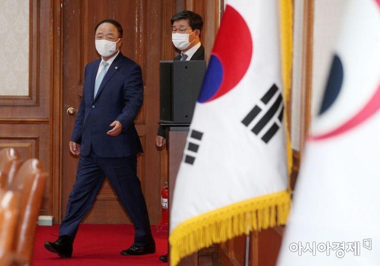 [포토] 국무회의장 들어서는 홍남기 국무총리 대행
